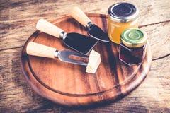 Томаты вина луков сжимают - комплект инструментов и варенья для дегустации сыра стоковое фото rf