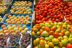 Томаты, виноградины и персики для продажи Стоковая Фотография