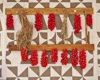 Томаты вишни вися на украшенной стене стоковые фотографии rf
