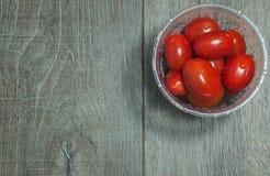 Томаты вишни в пластичной чашке, взгляд сверху Стоковые Изображения RF