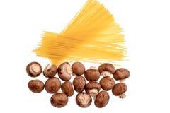 Томаты вишни лежат на деревянной доске пересыхающее маслоо, изолированной на белой предпосылке Стоковая Фотография