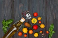 Томаты вишни, моццарелла, листья базилика, специи и оливковое масло сверху Итальянские caprese ингридиенты рецепта салата Стоковое Изображение RF