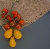 Томаты вишни на серой предпосылке Стоковые Фото