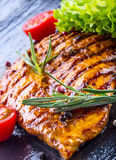 Томаты вишни оливкового масла куриной грудки стейка перчат и травы розмаринового масла Стоковая Фотография RF