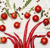 Томаты вишни положили около перцев chili как украшение стоковое фото rf