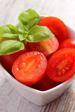 Томаты вишни с базиликом в стеклянном шаре, здоровой еде и питании Стоковое Изображение RF