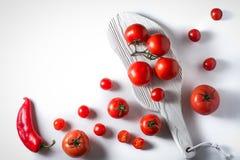 Томаты вишни, томаты на ветви, перец, стойка на белизне Стоковые Изображения RF