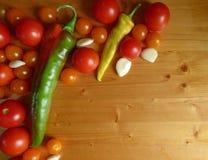 Томаты, вишня, огурцы, чеснок и перцы - vegetable предпосылка Стоковые Изображения