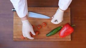 Томаты вырезывания для блюд на таблице Стоковое Изображение