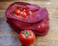 Томаты в многоразовых сумках eco для фруктов и овощей стоковое изображение rf