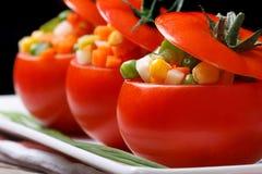 Томаты заполненные с свежими овощами горизонтальными камера искусства красивейшая eyes способ полные губы ключа зеленого цвета оч Стоковая Фотография RF