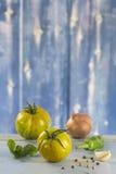 Томаты и базилик Heirloom стоковое фото