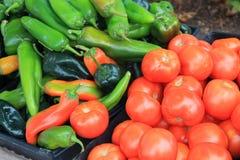 Томаты и горячие перцы для продажи на рынке фермеров стоковая фотография rf