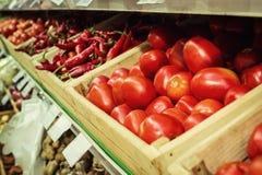 Томаты и красный пеец на полке овоща супермаркета Стоковое Изображение RF