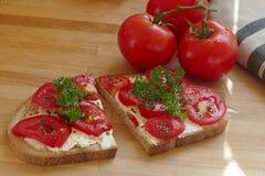 Томаты и хлеб томата, естественная еда, уменьшают вниз, здоровая в реальном маштабе времени Стоковое Фото