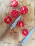 Томаты на бамбуковой доске с ножами Стоковое фото RF