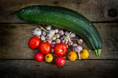 Томаты овощей, морковей, цукини, чеснока, красных и желтых Стоковые Фото
