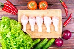 Томаты, огурцы, луки, зеленые цвета, цыпленок Стоковые Фото