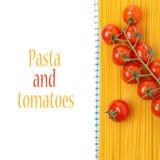 Томаты спагетти и вишни на изолированной салфетке, Стоковое Фото
