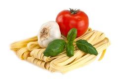 томаты спагетти чеснока базилика Стоковые Изображения