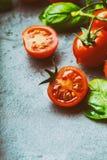 Томаты Томаты вишни Томаты коктеиля Свежий carafe томатов виноградины с оливковым маслом на таблице фото тонизировало Стоковые Фотографии RF