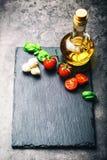 Томаты Томаты вишни Томаты коктеиля Свежий carafe томатов виноградины с оливковым маслом на таблице фото тонизировало Стоковое Фото