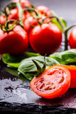 Томаты Томаты вишни Томаты коктеиля Свежий carafe томатов виноградины с оливковым маслом на таблице фото тонизировало Стоковое фото RF