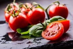 Томаты Томаты вишни Томаты коктеиля Свежий carafe томатов виноградины с оливковым маслом на таблице фото тонизировало Стоковое Изображение