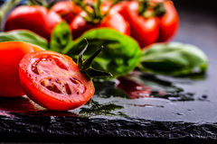 Томаты Томаты вишни Томаты коктеиля Свежий carafe томатов виноградины с оливковым маслом на таблице фото тонизировало Стоковые Фото