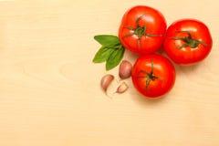 томаты чеснока базилика свежие Стоковое Изображение