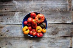 Томаты Heirloom красочные для неподдельной органической среднеземноморской диеты, космоса экземпляра стоковая фотография rf