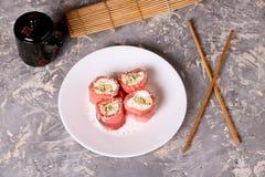 томаты mozzarella еды перста вишни Rolls семг с концом-вверх плавленого сыра Стоковые Фото