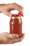 томат затира опарника руки Стоковая Фотография