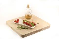 Томат, моццарелла и базилик, с уксусом и розмариновым маслом Стоковая Фотография