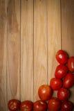 Томат на деревянной предпосылке Стоковые Изображения RF