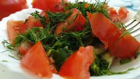 Томат огурца салата падает вилка кухни укропа сток-видео