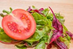 Томат отрезка красного цвета и салат Стоковое фото RF