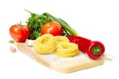 томат соуса макаронных изделия гнездя ингридиентов сырцовый Стоковые Изображения RF