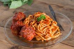 томат соуса макаронных изделия meatballs Селективный фокус Стоковая Фотография