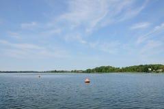 Томбуи анкера определяют границы на озере Стоковые Изображения RF