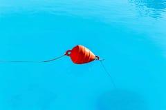 Томбуи отметки пляжа в море Стоковые Изображения RF