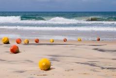 Томбуи сигнала на пляже Стоковое Изображение RF