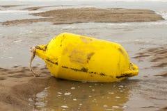 Томбуй Желтого моря на пляже оффшорном Стоковые Изображения RF