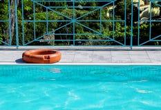 Томбуй жизни для безопасности на краю бассейна стоковое фото