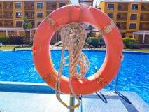 Томбуй жизни с веревочкой подготовленной для пользы в бассейне стоковые изображения