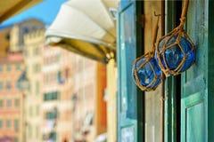 2 томбуя на деревянной двери на улице blured предпосылка стоковые фотографии rf
