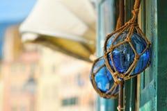 2 томбуя стекел голубых на старой деревянной двери Стоковая Фотография