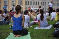 ТОМСК РОССИЯ - 19-ОЕ ИЮНЯ 2016:: Резиденты города принимать открытый урок на йоге в Central Park стоковые фотографии rf