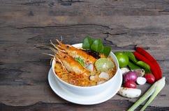 Том Yum еда пряного кислого супа супа Goong или креветки традиционная в Таиланде стоковые изображения