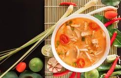 Том Yum Gai или пряный суп Tom yum с цыпленком - подлинное тайским стоковое фото
